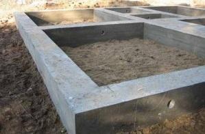 Установка ленточного сборного типа осуществляется на самых разных видах грунта, и единственным исключением в данном случае служат различные торфянистые или же илистые основания